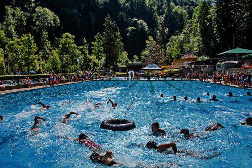 """Das Wasser im Waldbad Enz """"kochte"""" beim Schwimmbewerb des 18. Schulaquathlons.Privat"""