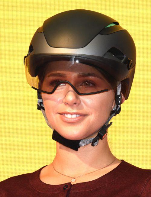 Der Altona von Alpina ist Helm und Brille in einem. Das Visier dunkelt sich auch automatisch ab.