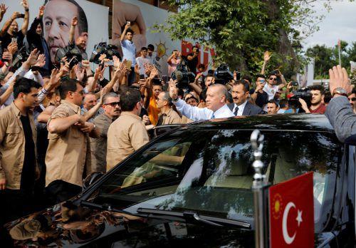 Der Amtsinhaber jubelt: Erdogan erklärte sich noch vor Auszählung aller Stimmen zum Sieger. Die Opposition spricht von Manipulation. reuters