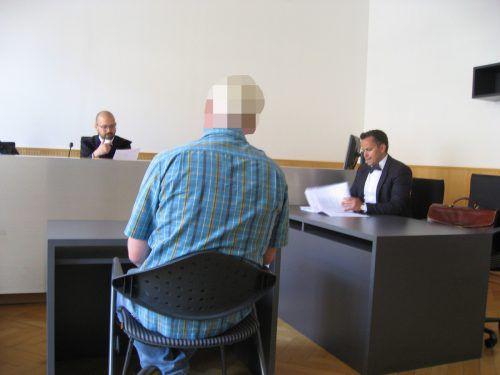 Der Angeklagte (li.) mit seinem Anwalt Florin Reiterer. eckert