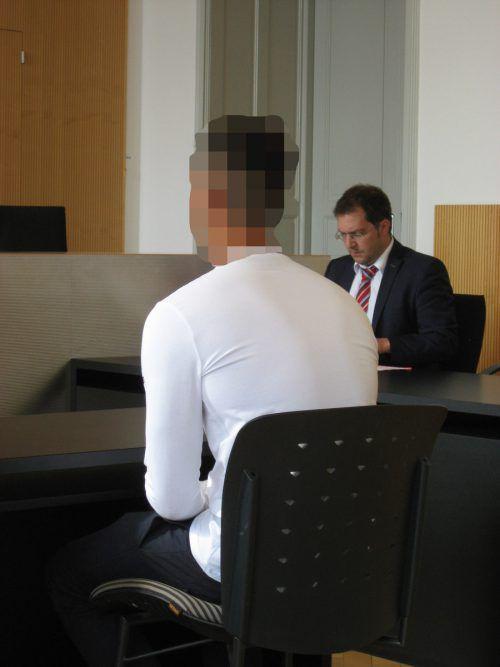 Der Angeklagte mit seinem Verteidiger Anwalt Manuel Dietrich. eckert