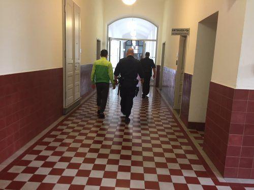 Der Angeklagte wird nach der Verhandlung zurück in die Zelle geführt, in der er bis zum nächsten Prozess bleiben wird. VN/GS