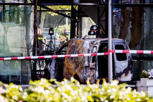Der brennende Lieferwagen wurde rasch unter Kontrolle gebracht. AFP