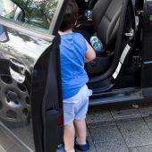 Kleinkind sperrt sich im Auto ein