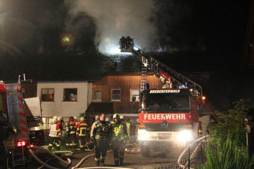 Der Dachstuhlbrand in Egg in der Nacht auf Donnerstag rief sieben Feuerwehren auf den Plan. vol.at/Rauch