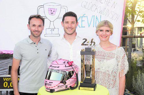 Der dritte Le-Mans-Pokal für Vorarlberg: DTM-Meister René Rast, 24-Stunden-Sieger Kévin Estre und Gattin Carolin. noger