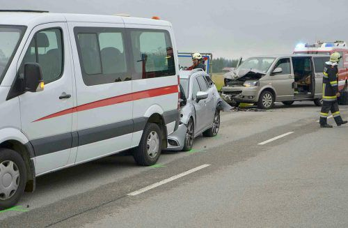 Der Van-Fahrer aus Vorarlberg dürfte die beiden stehenden Fahrzeuge – einen Kindergarten-Bus und ein Auto – übersehen haben. APA
