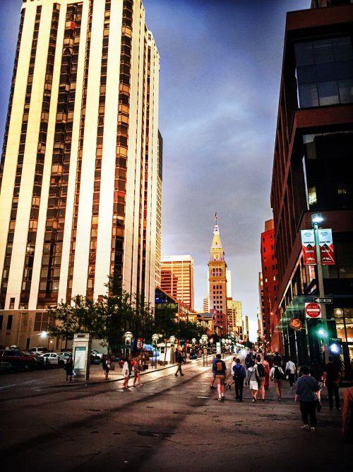 """Die """"16th Street Mall"""" ist eine Fußgängerzone und beliebte Einkaufsmeile in Downtown Denver. beate rhomberg"""