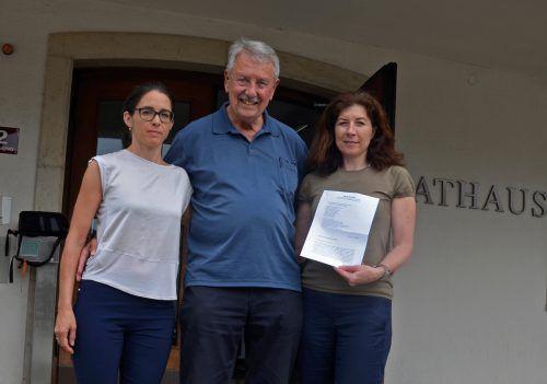 Die Abordnung des Bürgerkomitees vor dem Rathaus Barbara Grabherr (l.), Dieter Mareska, Beate Fetz vor dem Rathaus.