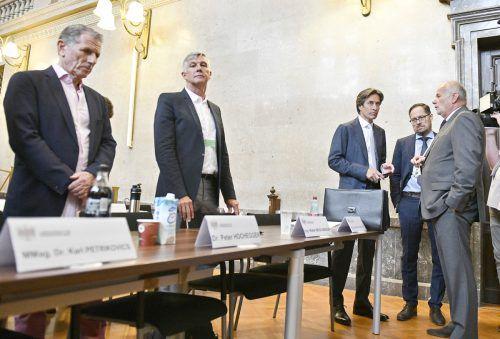 Die Angeklagten Hochegger (v. l.), Meischberger und Grasser mit ihren Anwälten. Der Ex-Finanzminister stellt sich immer demonstrativ neben und nie hinter die Anklagebank.APA