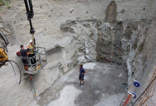 Die Baugrube ist fertig, die Bohrmaschine kann auffahren: Im sogenannten Microtunnelingverfahren wird eine Röhre gebohrt.