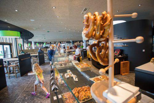 Die Brötchen werden in der Raststätten-Bäckerei gebacken.