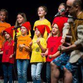 <p>Die Buch am Bach steigt wieder. Bitte Fotos von der Buch am Bach. Am Dienstag bitte folgendes: Fotos von den Kinderreportern, Treffpunktfotos von der Führung um 10 Uhr (ich mach sie, wir treffen uns am Eingang), Fotos von der Aktionsbühne (Poetry Slam und Schulhausroman), um 11 Uhr von der Lesung von Thomas Brezina. Zunächst um 11 der Chor, um 11.10 Uhr beginnt Thomas Brezina. Ansonsten die klassischen Buch am Bach Fotos. TAG EINS</p>