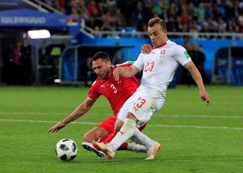 Die entscheidende Szene: Der Schweizer Xherdan Shaqiri trifft in diesem Duell mit Serbiens Dusko Tosic zum 2:1-Sieg.reuters