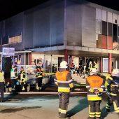 Brennendes Gebäude evakuiert