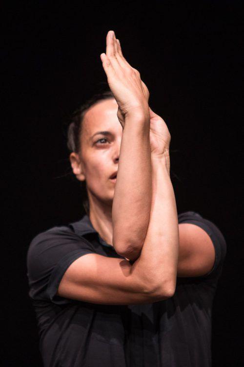 Die französische Tänzerin Laurence Yadi gab in Dornbirn ein Wechselspiel von rhythmischen Impulsen und fließenden Bewegungen zum Besten. Spielboden/Batardon