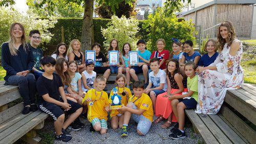 """Die ganze 4.a-Klasse freute sich über den tollen Erfolg beim Fernsehquiz """"1, 2 oder 3"""" in München. BMS/Schmid"""