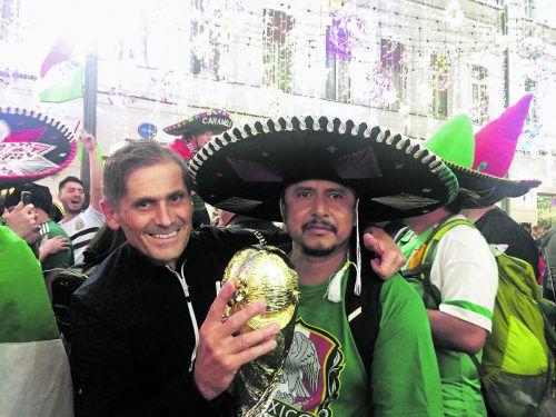 Die Hand schon einmal am WM-Pokal. Selbst wenn sich sich dabei nur um eine Nachahmung handelte, Juan aus Mexiko ließ sich die schimmernde Erdkugel nicht entreißen.privat