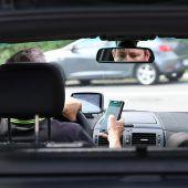 Alarmierend viele Autofahrer fotografieren beim Fahren