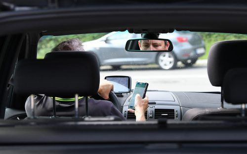 Die Handynutzung stellt während des Autofahrens einen hohen Risikofaktor dar. apa