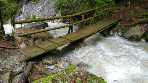 Die Holzbrücke wird durch eine Stahlkonstruktion ersetzt. Christof Egle