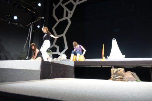 """Die jungen Schauspieler des Theaterjugendclubs 16+ am Landestheater im Bregenz stellen sich unter anderem die Frage: """"Was verbindet eine Fruchtfliege mit Putin?""""probenfoto marcus harms/vlt"""