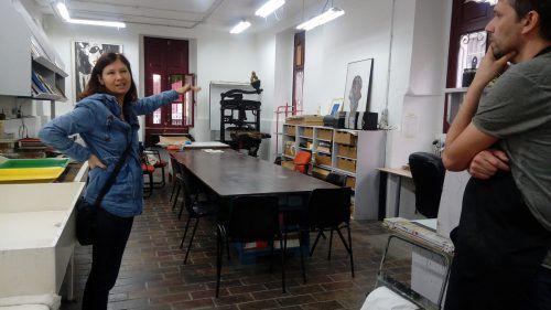 Die Künstlerin Michaela Konrad im Atelier im Centro Municipal de Arte Gráfico in Santa Cruz, wo die Arbeiten entstanden sind. Hämmerle