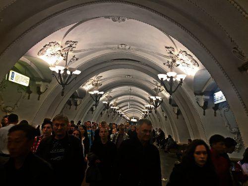 Die prunkvoll ausgestatte Station Arbatskaja der Metro 3 in Moskau.Adam