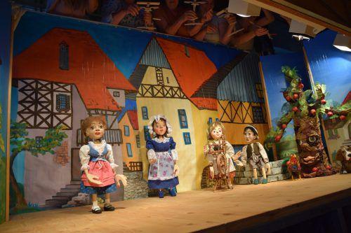 """Die Puppenspielerinnen proben schon fleißig für das nächste Marionettentheaterstück """"Frau Holle"""".  VN/Galehr"""