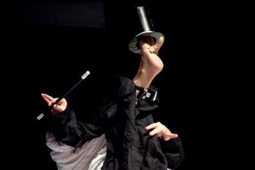 Die Regisseurin Anne Klinge zaubert die Figuren in ihren Stücken aus ihren Füßen, ein fantastischer Spaß. Anne Klinge Fußtheater