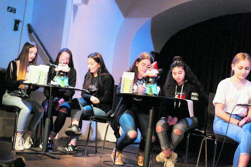Die Schüler der DL2-Klasse der Polytechnischen Schule Feldkirch lesen im Theater am Saumarkt.