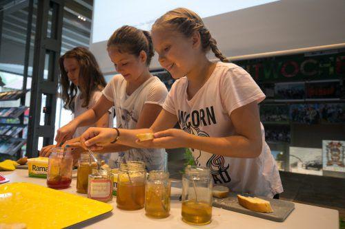 Die Schülerinnen der Volksschule Haselstauden ließen ihr Publikum ihre selbst gemachten Marmeladen und Gelees probieren. VN/Hartinger