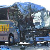 Reisebus kracht gegen Müllwagen: Eine Tote, 31 Verletzte