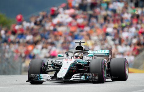 Die Silberpfeile gaben am ersten Trainingstag in Spielberg den Ton an. Lewis Hamilton (Bild) fuhr vor seinem Teamkollegen Valtteri Bottas zur Tagesbestzeit.apa