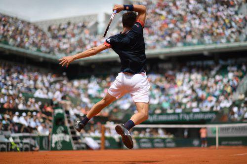 Dominic Thiem streckt sich am Sonntag im Finale gegen Rafael Nadal um den Titel bei den French Open in Paris.apa/AFP