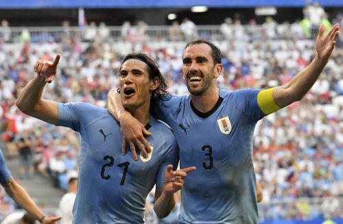 Edinson Cavani und Diego Godin feiern den klaren 3:0-Sieg über Russland und den Einzug ins Achtelfinale.ap