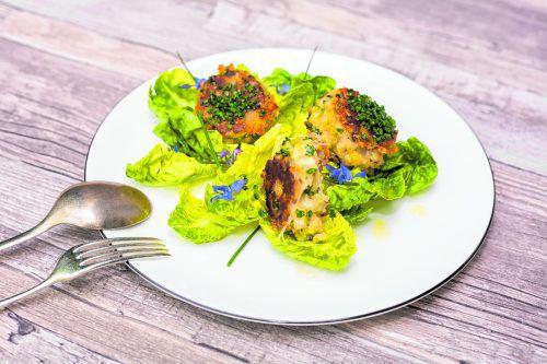 Ein köstliches Käsegericht: Kaspressknödel mit Kräuterschatz Käse auf einem Salatbett.Roland Paulitsch