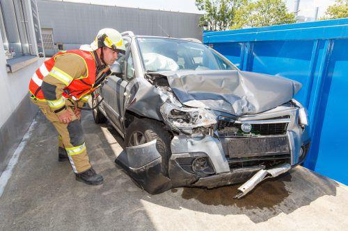 Einer der unfallbeteiligten Pkw, die bei dem Zusammenstoß auf der Treietstraße in Klaus schwer beschädigt wurden. hofmeister