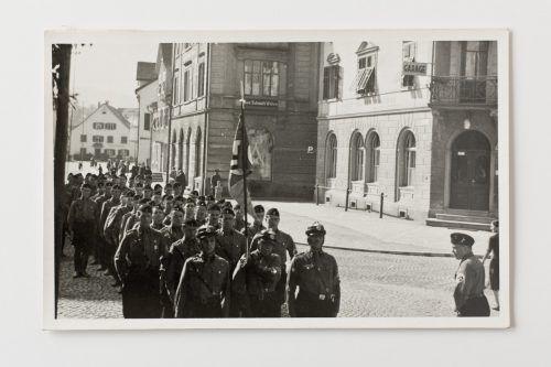 Einheiten der deutschen Wehrmacht nehmen vor den Toren der Bludenzer Altstadt Aufstellung. Geschichtsverein Bludenz