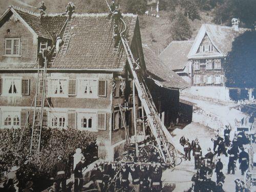 Ende des 19. Jahrhunderts war die Feuerwehr bereits gut gerüstet. Die Aufnahme zeigt eine Übung beim Gasthaus Engel um 1880.Stadtarchiv