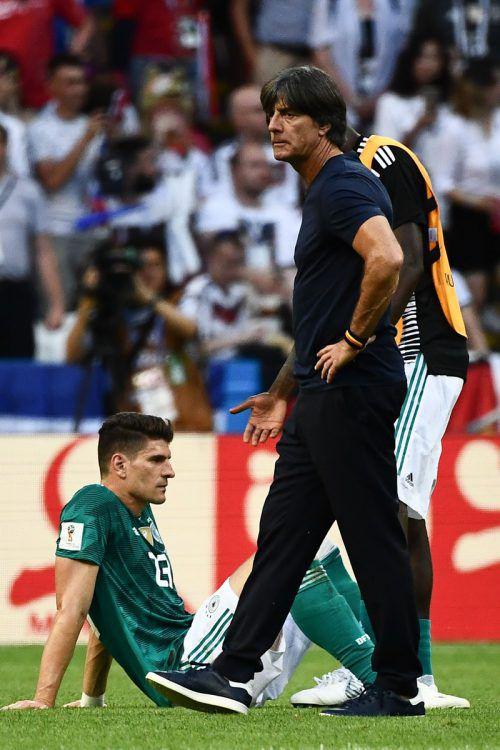 Enttäuschung pur bei Deutschland: Trainer Jogi Löw und Mario Gomez.apa