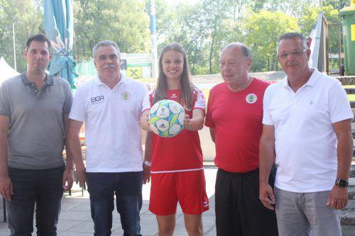 FCD-Vorstandsmitglied Andreas Genser, Thomas Türtscher, Leonie Salzgeber, Günther Kerber und Werner Brunold (von links).knobel