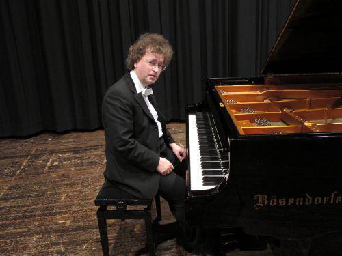 Ferenc Röczey ist seit 1987 Klavierlehrer an der Rheintalischen Musikschule in Lustenau und spielte bereits zum dritten Mal mit dem Orchester der Musikfreunde. Röczey