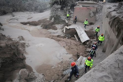 Feuerwehrleute suchen nach dem Vulkanausbruch in San Miguel Los Lotes (Departamento Escuintila) nach Überlebenden. reuters
