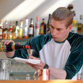 Experimentierende Berufsschüler machen aus einer Bar ein Versuchslabor. A8