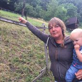 Claudia Natter mit Tochter Rosa an der Wiese, wo ihre Schafherde verschwand. B1