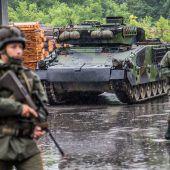 Vorarlberger Milizsoldaten üben derzeit mit Schützenpanzern in Götzis. B1