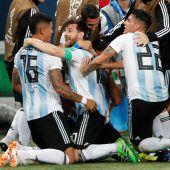 Argentinien rettet sich mit einem 2:1-Sieg über Nigeria ins Achtelfinale. C1