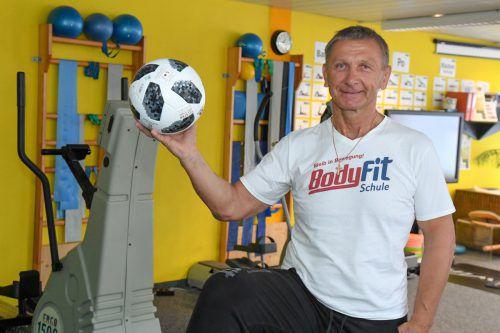 Fitnesstrainer Valentin Tscherbrukov hält in seinem Fitnessstudio auch Vorarlberger Kicker über den Winter fit.VN/Lerch
