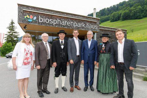 Fototermin vor dem biosphärenpark.haus in Sonntag. VLK